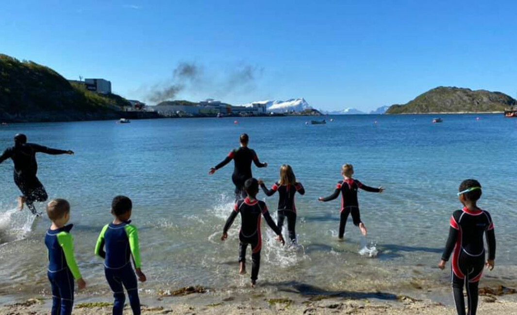 Selv med barske nordnorske forhold er det mulig å gjennomføre svømmeopplæring også ute. Noe Læringsverkstedet Trålveien Idrettsbarnehage gjør noen ganger.