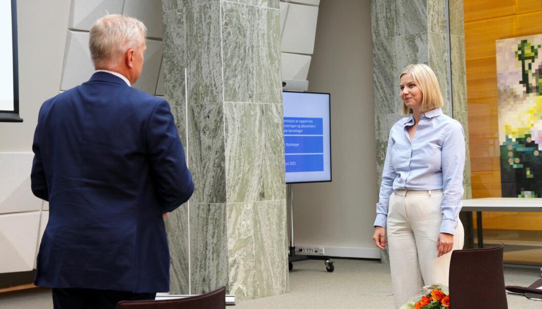 Statsforvalter Knut Storberget overleverer rapporten til kunnskaps- og integreringsminister Guri Melby.