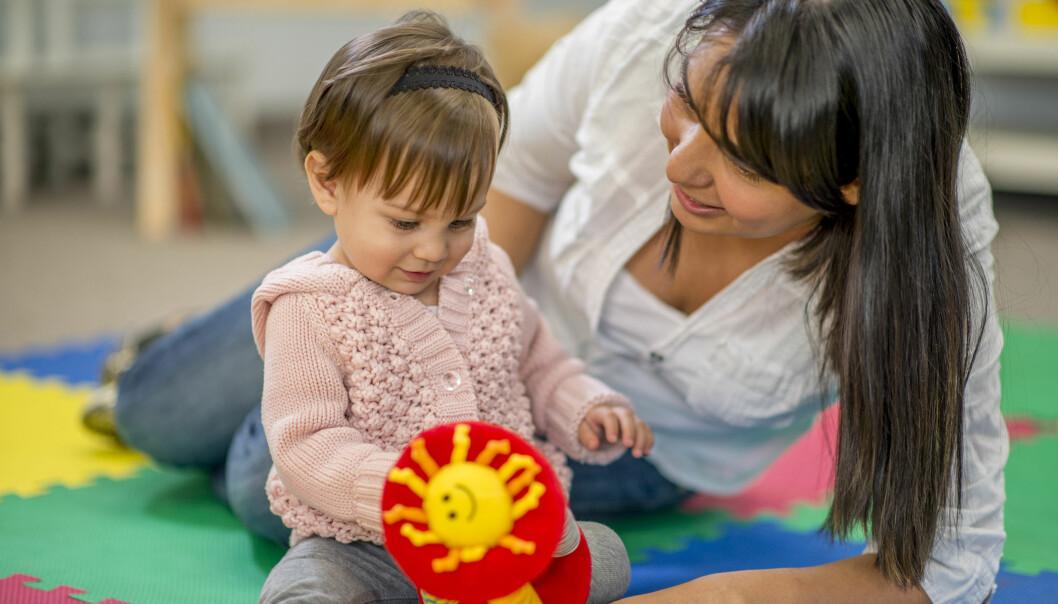«Foreldreaktiv tilvenning innebærer at foreldrene har alt ansvar for eget barn de første dagene i barnehagen, skriver artikkelforfatterne.
