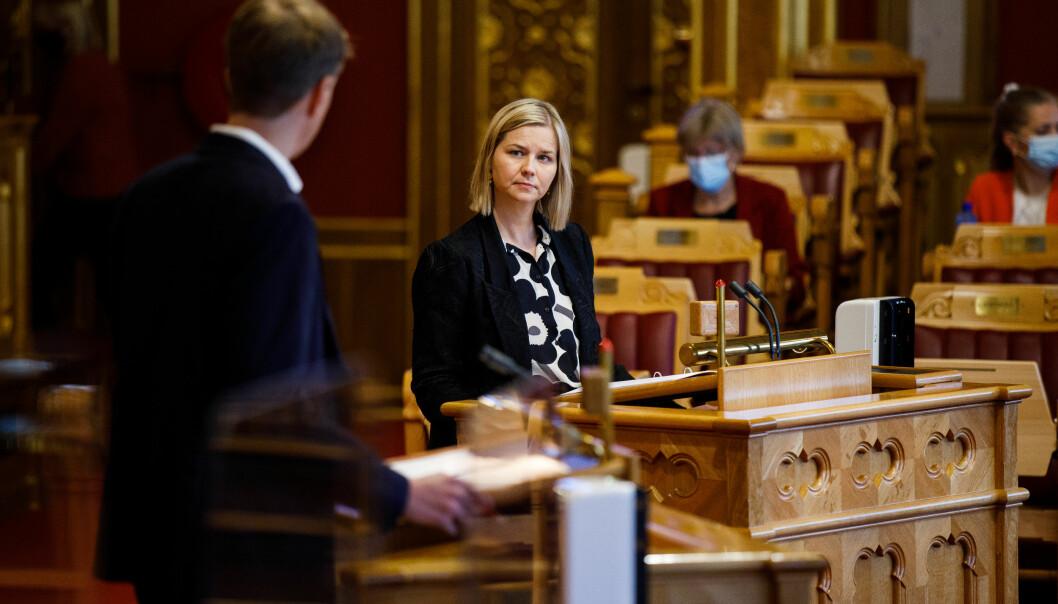 Kunnskaps- og integreringsminister Guri Melby (V) og regjeringen skroter forslaget om selvstendig rettssubjekt. Nå vil de heller få på plass et regnskapsmessig skille.