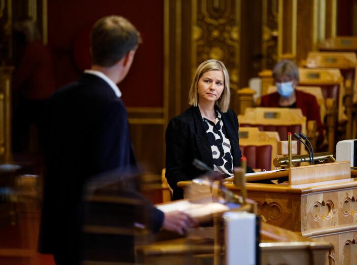 Tvedt Solberg ba statsråden sørge for en mer forsvarlig oppfølging av språkmidlene – nå har han fått svar