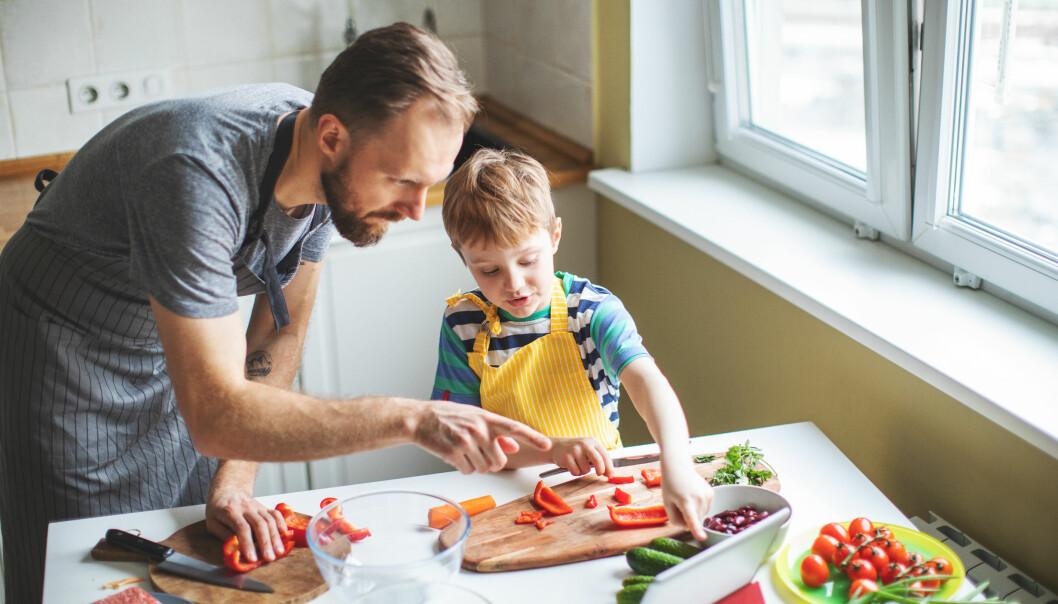 «Barn deltar, lærer og er sosiale når de sitter ved bordet. Forskning har vist at hyppigheten av familiemåltider er forbundet med at barn spiser sunnere mat», skriver artikkelforfatteren.