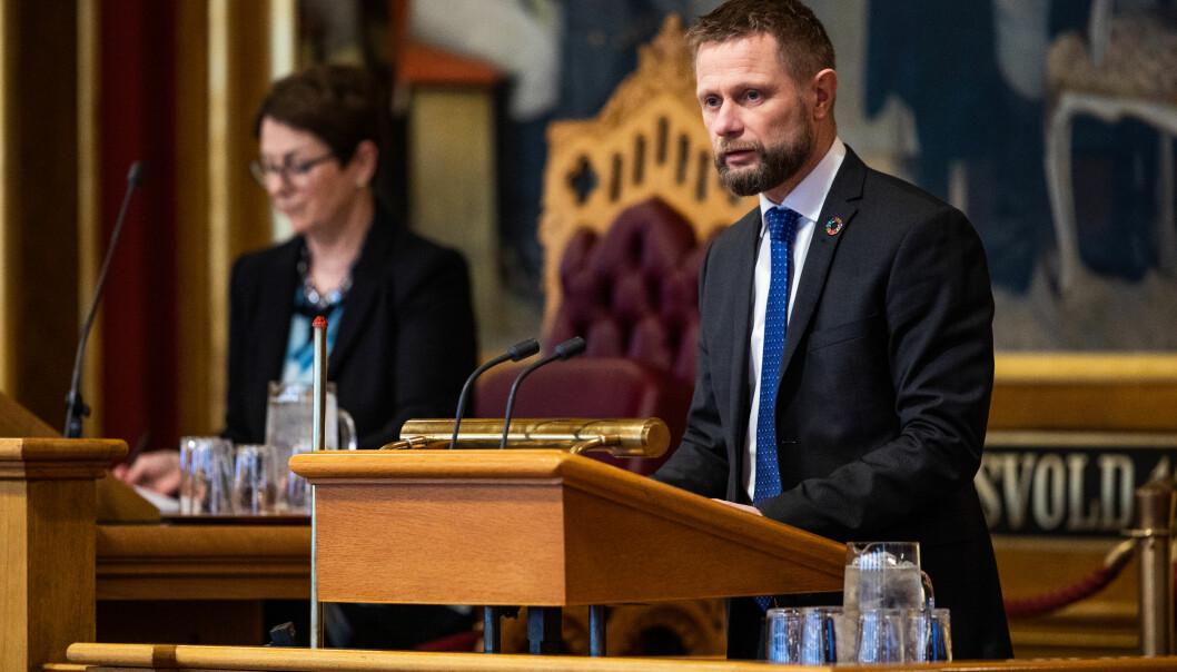 Helse- og omsorgsminister Bent Høie (H) opplyser at ikke alle ansatte i barnehager, skoler og SFO kommer til å være beskyttet av vaksinen ved skolestart. Bildet er tatt i forbindelse med en redegjørelse for Stortinget om koronapandemien i fjor.
