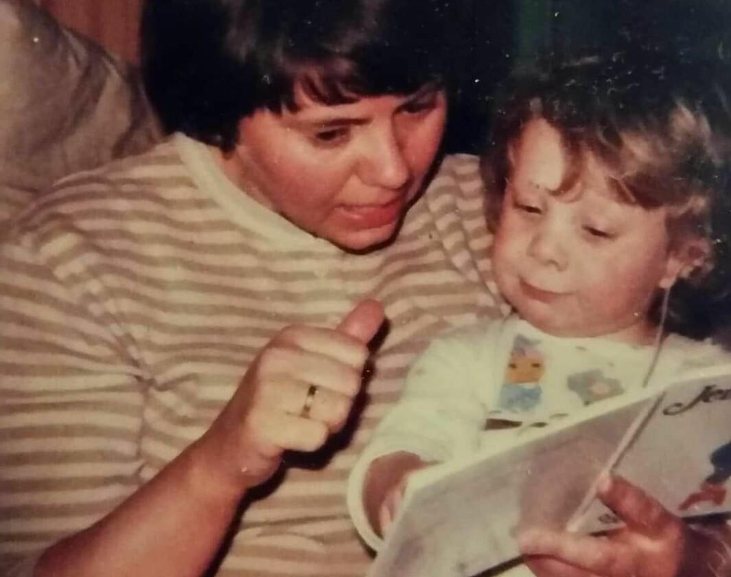 Bøker var en sentral del av oppveksten til Eli Steinum, som her blir lest for av sin mor. Da hun var åtte måneder oppdaget foreldrene at hun var nesten døv.