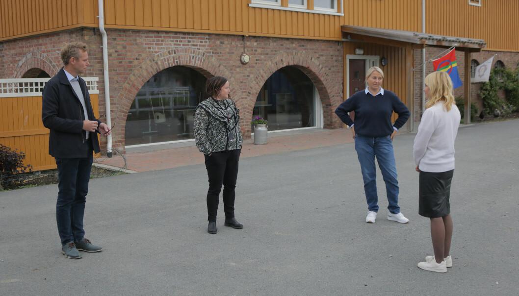 """<span class="""" italic"""" data-lab-italic_desktop=""""italic"""">Hjørdis K. Thyholt inviterte Ola Borten Moe (Sp), Siv Sætran (lokalpolitiker i Stjørdal og Senterpartiets leder for Utvalg kultur og levekår) og Anne Lindboe (administrerende direktør i Private Barnehagers Landsforbund) til gårdsbarnehagen sin på Medbroen gård.</span>"""