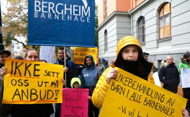 Sto samlet foran rådhuset: – Vi er veldig urolige