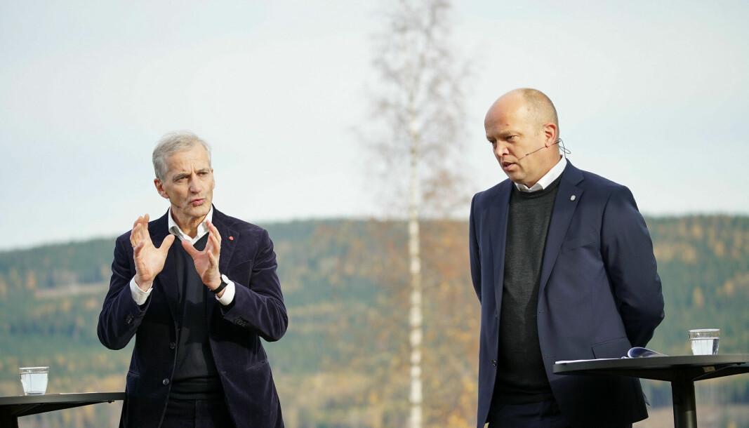 Ap-leder Jonas Gahr Støre og Sp-leder Trygve Slagsvold Vedum under presentasjonen av regjeringsplattformen.