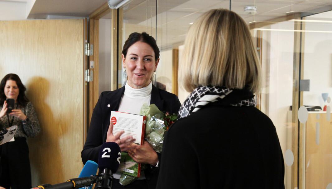 Guri Melby (V) overleverer nøklene til den ferske kunnskapsministeren Tonje Brenna (Ap).